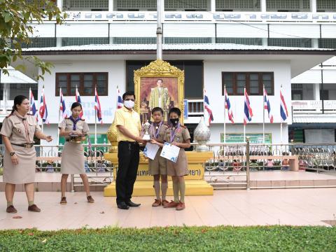 มอบถ้วยรางวัล เหรีญ เกียรติบัตร ให้แก่นักเรียน